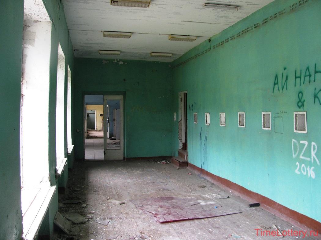 внутри основного здания. разруха