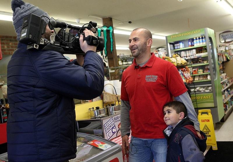 владелец магазина дает интервью