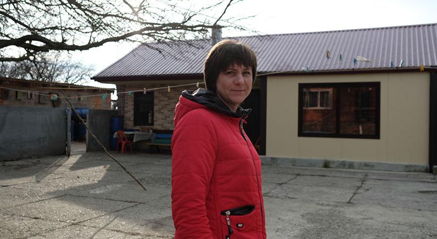 Инна Петренко на фоне гостиницы, которую она построила специально для игроков