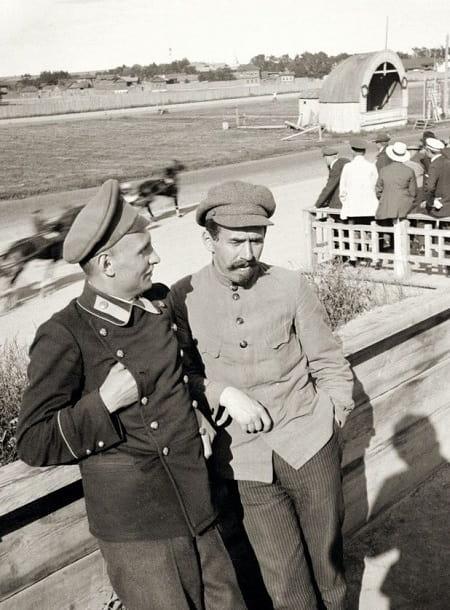 педагог Гавриил Гавриилович Логинов, сын купца Г. А. Логинова (справа) на екатеринбургском ипподроме (фото 1913 г.)