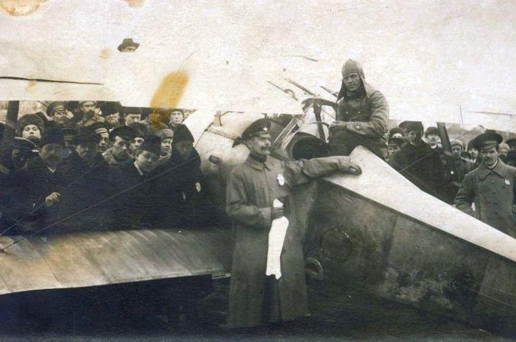 Пилот А. Д. Муратов и первый аэроплан Nieuport на ипподроме Екатеринбурга