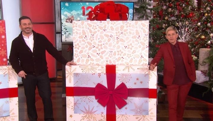 Эллен ДеДженерес презентует зрителям своего шоу подарок