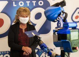 Робот SARA вручает выигрыш