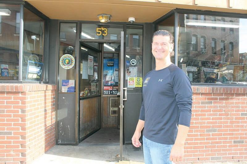 Барри Кальвани рядом со своим магазином