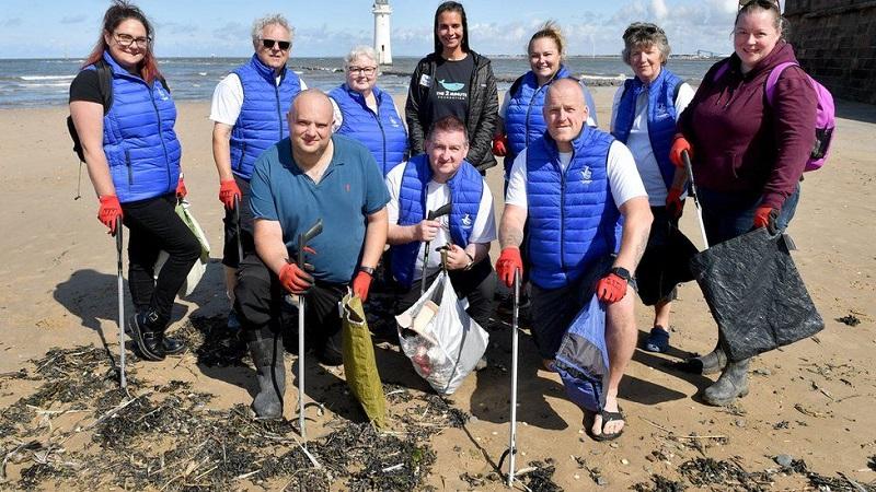 Лотерейные миллионеры разных лет на акции по уборке пляжа от пластика